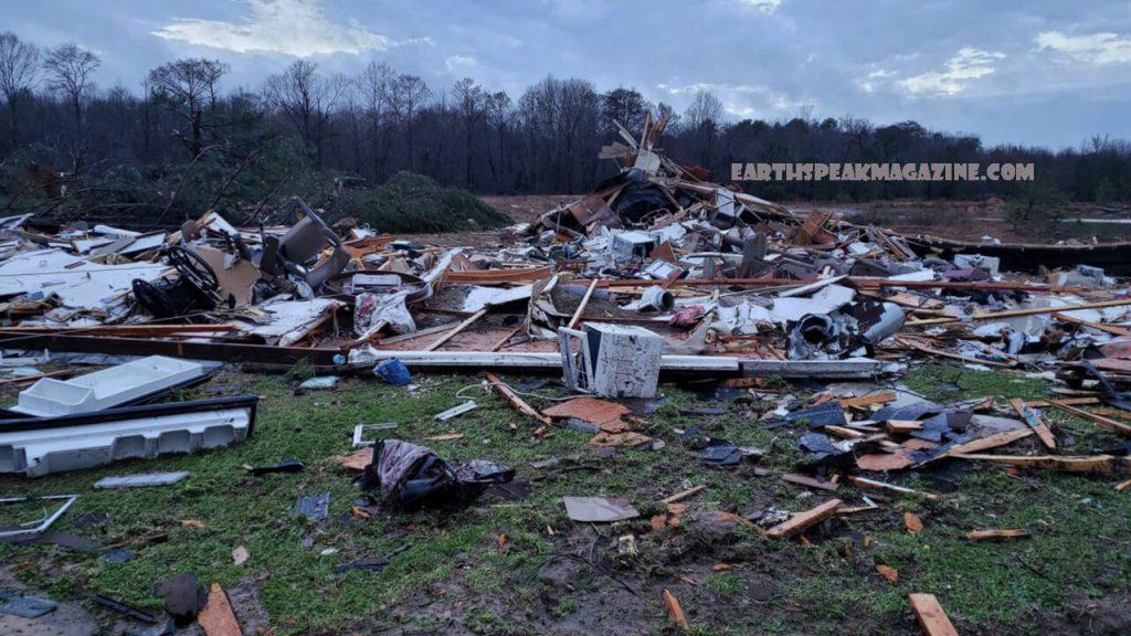 พายุสองลูก พัดถล่มทางใต้ของสหรัฐฯ มีผู้เสียชีวิตอย่างน้อยสามคนในสาธารณรัฐโดมินิกันขณะที่ลอร่ากวาดไปทั่วประเทศทำให้ประชาชนล้านคนไม่มีไฟฟ้าใช้