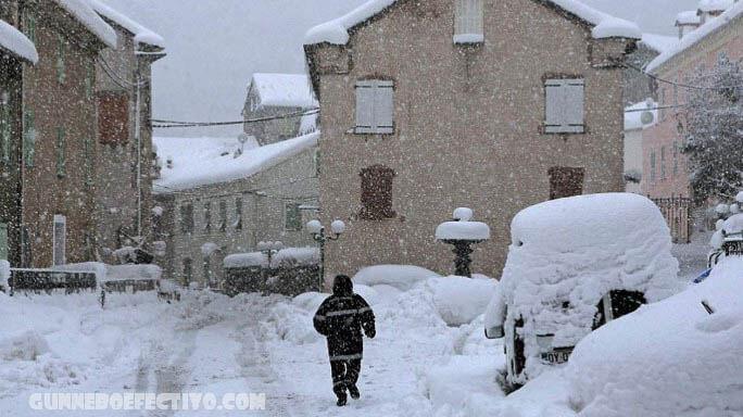 สเปนแข่งกับเวลา ล้างหิมะก่อนอุณหภูมิจะลดลง สเปนกำลังแข่งกับเวลาในการเคลียร์ถนนที่ปกคลุมไปด้วยหิมะตกหนักและรับวัคซีนโควิดและเสบียงอาหารไปยังพื้นที่
