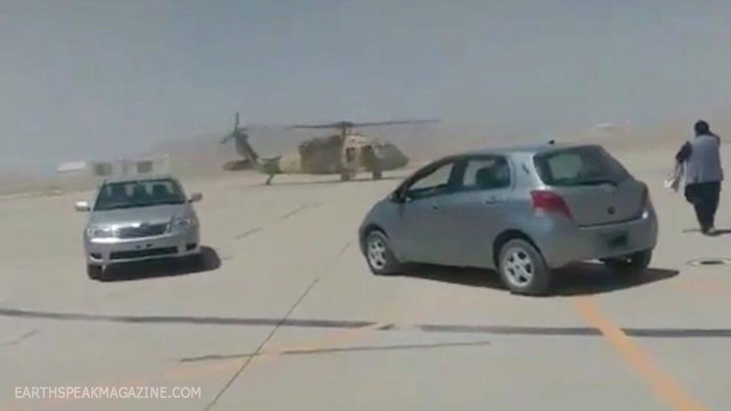 เฮลิคอปเตอร์ แบล็กฮอว์กและชุดทหารของตาลิบัน บนโซเชียลมีเดียมีวิดีโอเครื่องบินรบของตาลีบัน มองว่าเป็นชิ้นส่วนสัญลักษณ์ของยุทโธปกรณ์